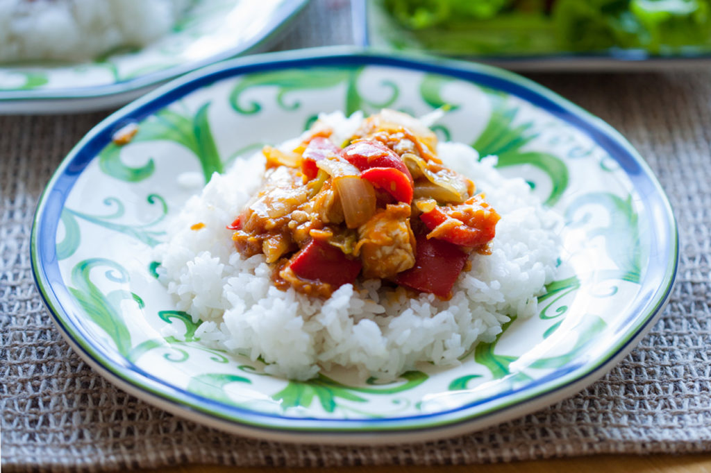 Want to know how to make authentic Thai Chicken Satay? Follow this easy recipe that combines chicken, peppers, onions, and an amazing peanut ginger sauce! Thai dinners, Thai dishes, Thai peanut sauce